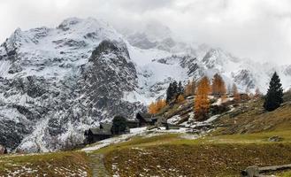 panorama alpino da pequena aldeia foto