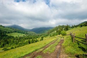 estrada de terra da montanha foto