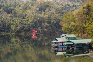 casas flutuantes na represa da tailândia.