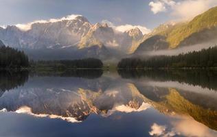 outono sobre o lago alpino, os Alpes Julianos