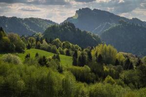 paisagem cênica de colinas e montanhas e céu azul nublado