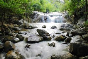 cachoeira kao chon, ratchaburi, tailândia foto