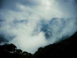 nuvens de chuva de monção e névoa foto