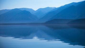 reflexo das montanhas na água
