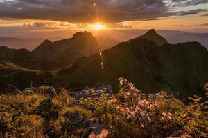 lindo pôr do sol nas montanhas em doi luang chiang dao