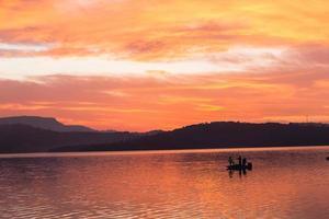 pescadores colorem barco represa foto