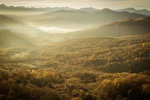 outono colorido nas montanhas e vales foto