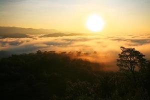 nascer do sol sobre a montanha e nevoeiro