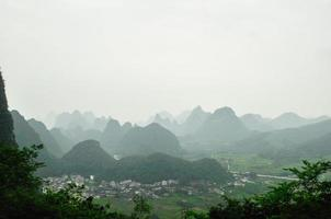 paisagem montanhosa cárstica do rio guilin li em Yangshuo