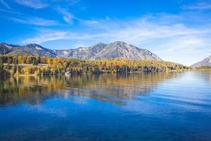 lago walchensee no outono foto
