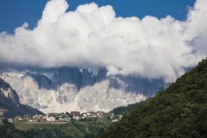 itália, tirol do sul, paisagem, aldeia na montanha foto