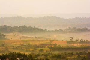 colinas no meio do nevoeiro. paisagem matinal