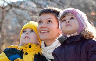 feliz mãe e crianças no parque foto