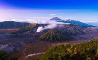 O vulcão bromo é um valcão ativo na hora do pôr do sol
