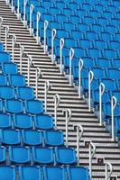 assentos do estádio e escada foto