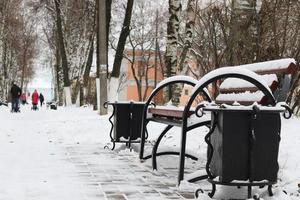 banco de inverno em um parque foto