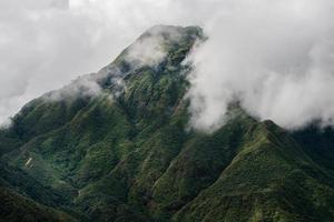 montanha e nublado