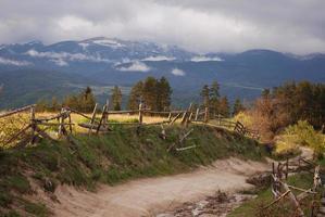 estrada da montanha na montanha rhodope, bulgária.