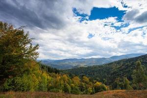 vista para as montanhas com céu e pedras. Montanhas carpathian