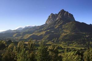 montanha rochosa solitária