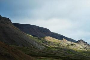 montanhas na Islândia foto