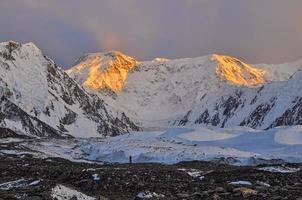 geleira Inylcheck no início da manhã