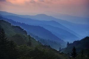 manhã de montanha enfumaçada