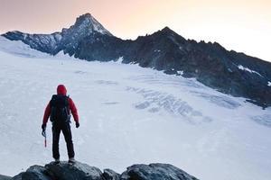 alpinista pico da montanha foto