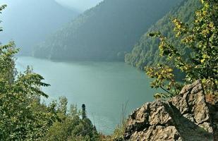 lago da montanha de rits nas montanhas do cáucaso.