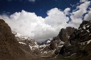 montanhas e céu com nuvens foto