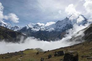 nuvens baixas e topos de montanhas do Himalaia