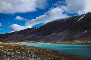 lago com céu azul - antiga estrada de montanha strynefjell, noruega
