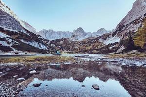 lago no vale da montanha