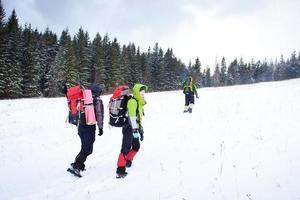 alpinista nas montanhas de inverno