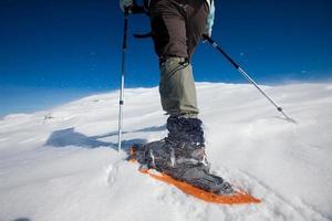 alpinista nas montanhas de inverno foto