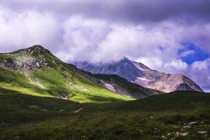 montanhas com tempo nublado