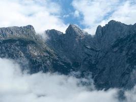 montanha com névoa ascendente foto