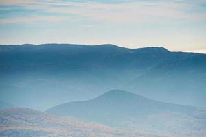 montanhas azuis durante o pôr do sol