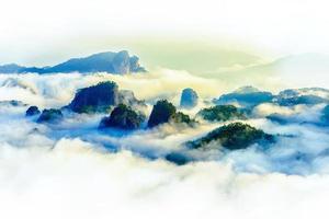 picos enevoados, montanhas, nuvens