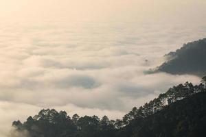 névoa matinal e montanha foto