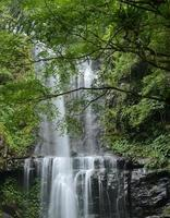 cachoeira na montanha foto