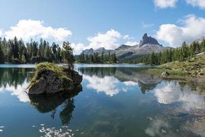 lago nas dolomitas italianas