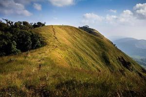 trilhas no pico da montanha e céu azul