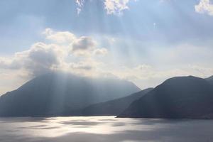 raios de sol sobre o lago como