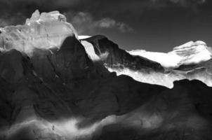 paisagem de contraste em preto e branco com montanhas no Tibete.