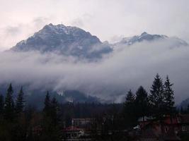 névoa sobre o pico caraiman foto