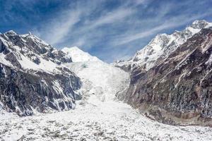 montanha de neve com geleira sob o céu