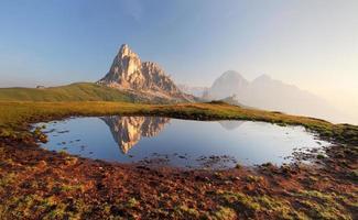 reflexo do lago na montanha, dolomitas, passo giau