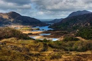 lagos e montanhas em área selvagem