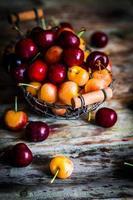 mistura de frutas em fundo de madeira foto